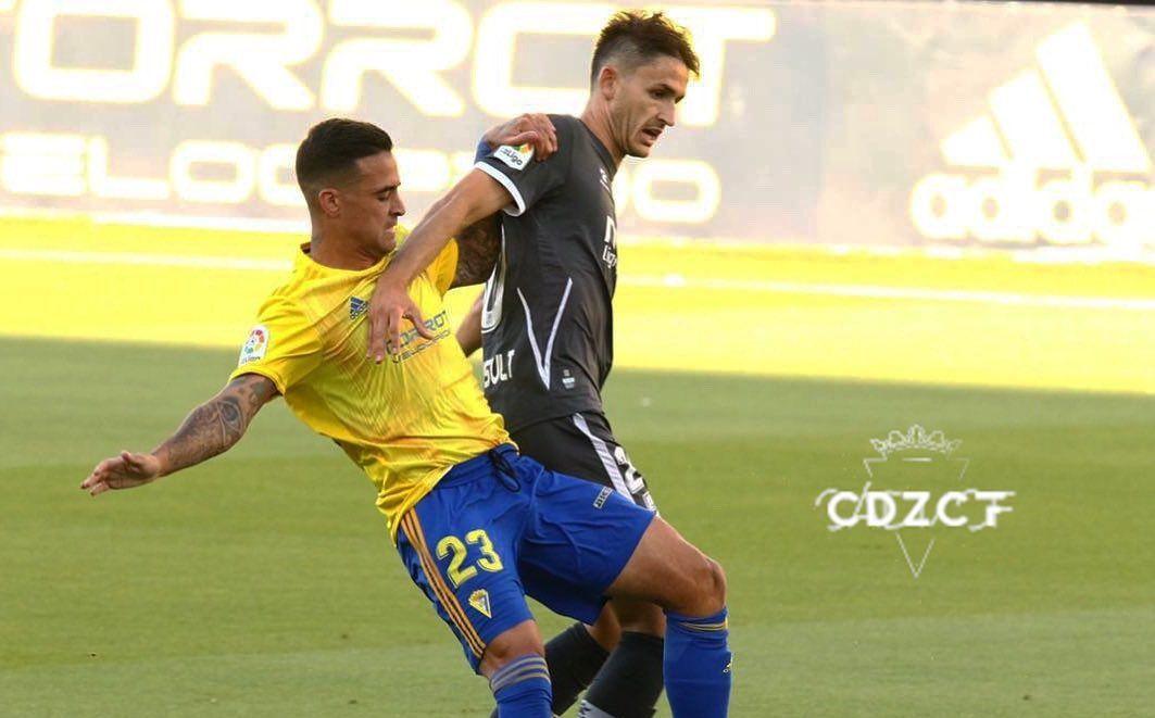 Nano Mesa y Elgezábal disputan un balón en el Cádiz-Alcorcón