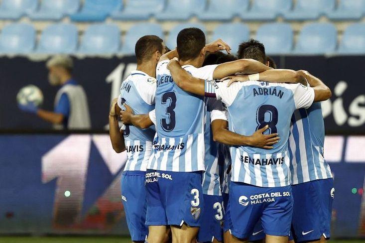 Jugadores del Málaga celebran el tanto de Sadiku ante el Extremadura