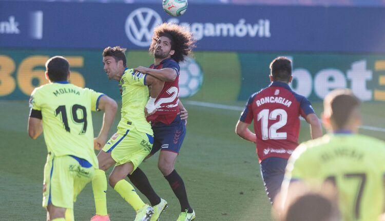Aridane lucha un balón aéreo con Jaime Mata. Fuente: Twitter Osasuna