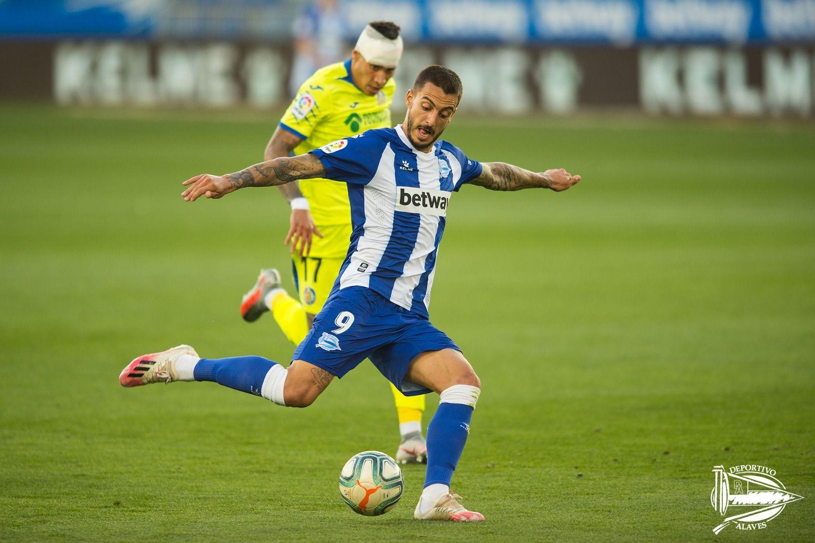 Joselu dispara ante la mirada de Mathías Olivera Fuente: Twitter Deportivo Alavés
