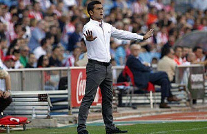 Francisco dirigiendo al Almería en un partido en el Vicente Calderón en 2013