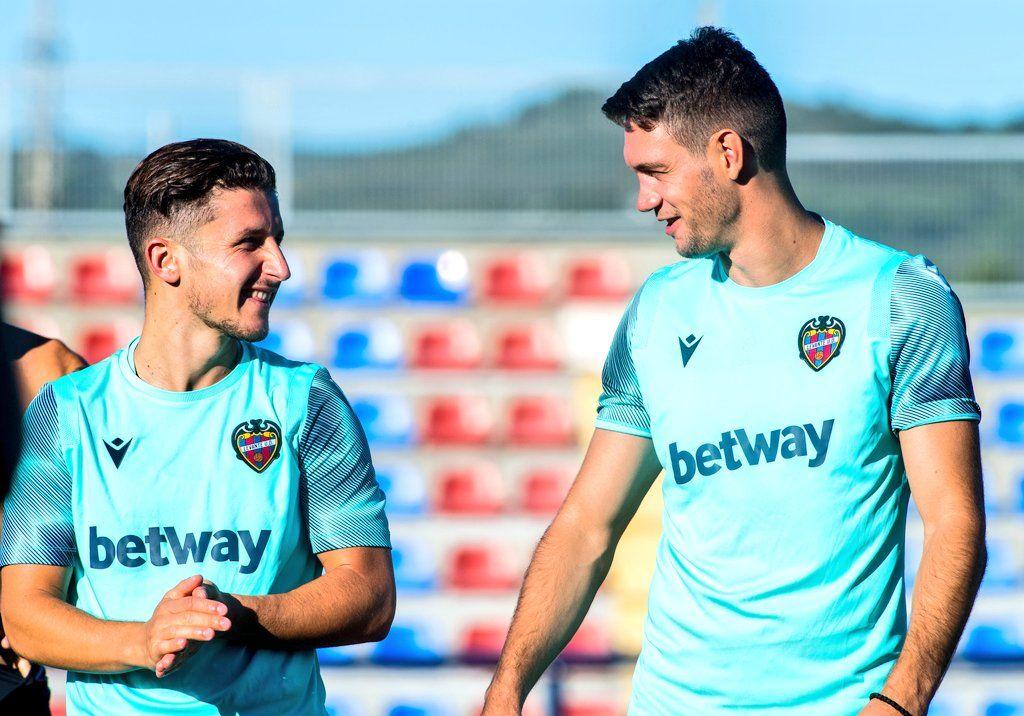 Vukcevic (derecha) con Bardhi en un entrenamiento