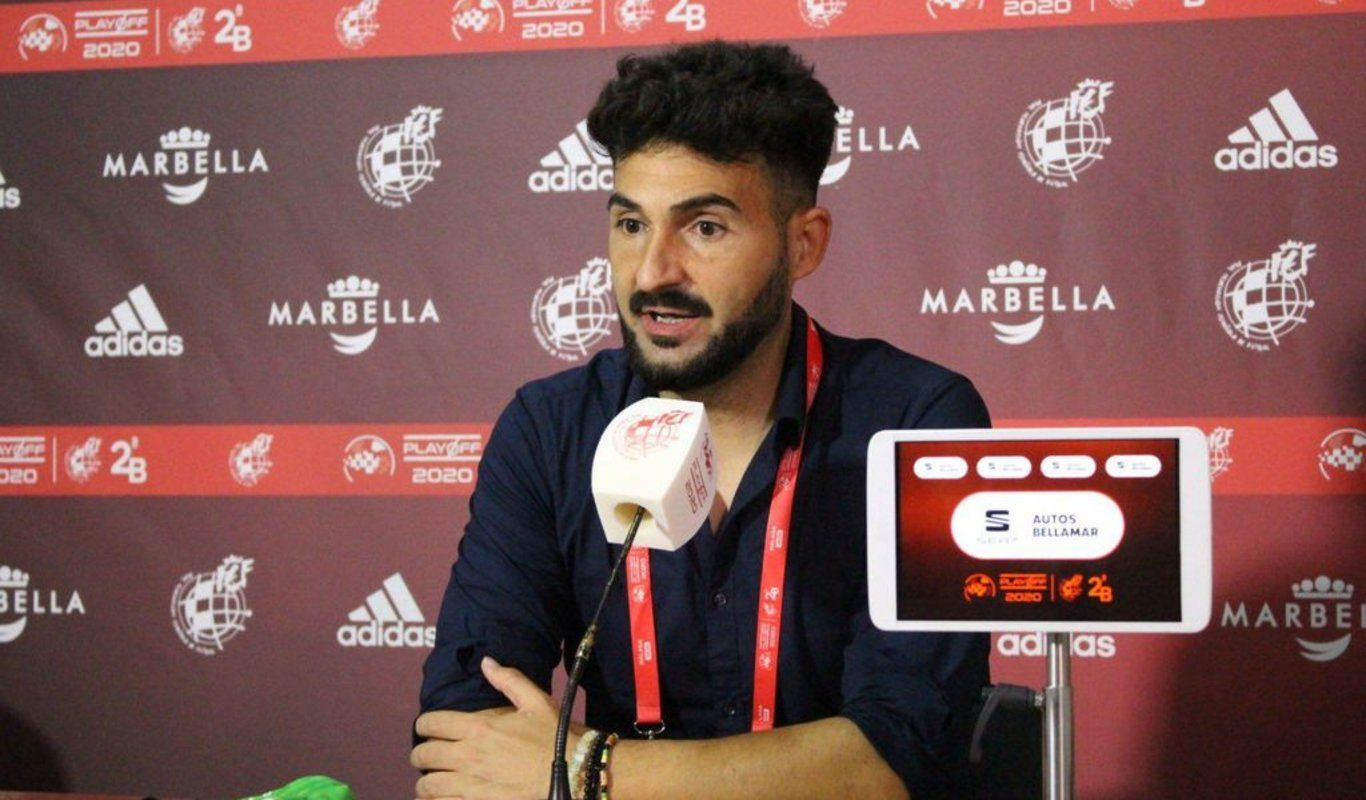 Guillermo Fernández Romo en una rueda de prensa durante el pasado play-off de ascenso