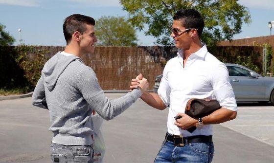 Cristiano saludando a Bale en su llegada a Valdebebas. (Foto: @realmadrid)