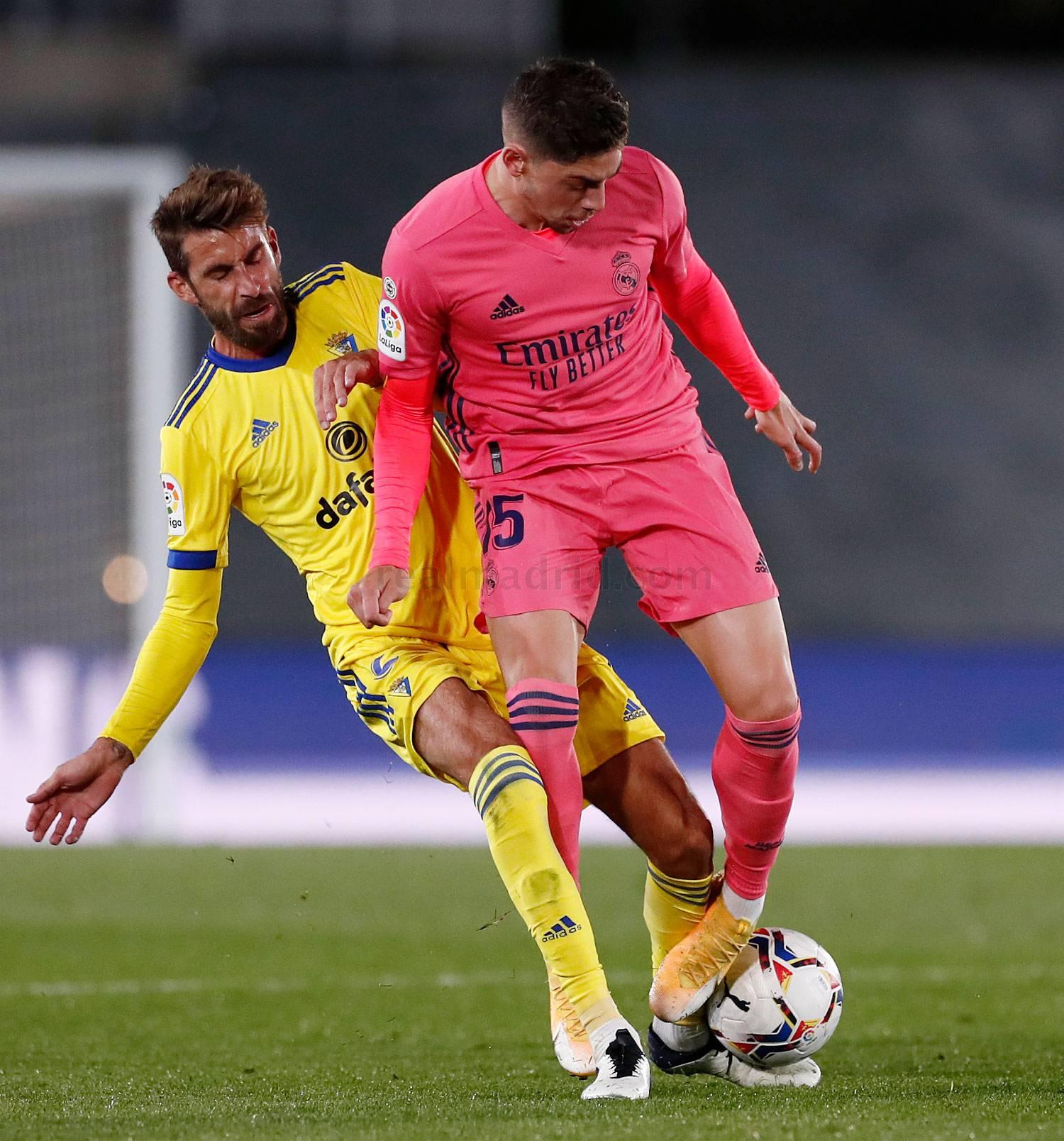 José Mari y Fede Valverde pujan por el balón