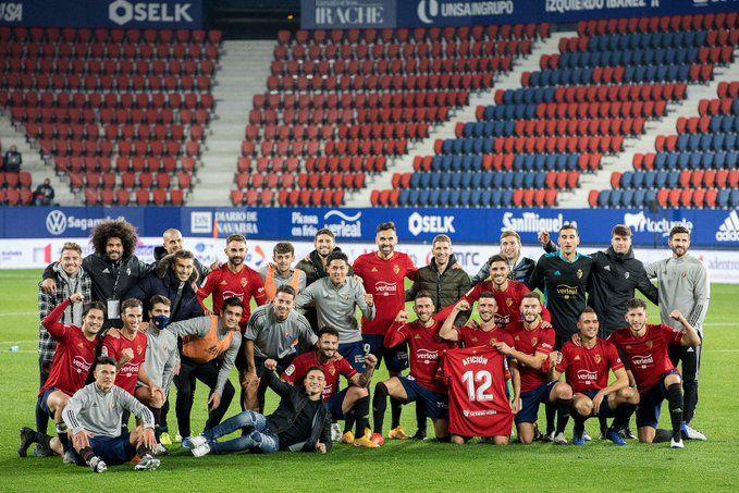 Los jugadores de Osasuna dedican a la afición la victoria en el Centenario