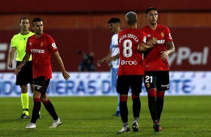 Salva Sevilla felicita a Antonio Raíllo por su gol al Málaga