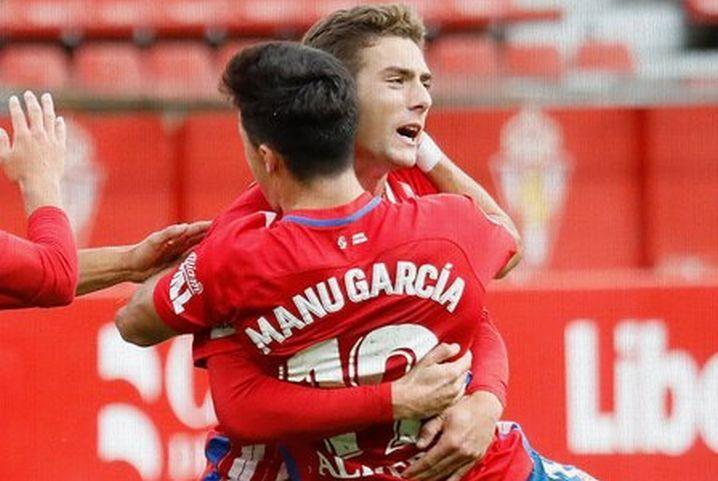 Manu García se abraza a Gragera tras un gol del Sporting
