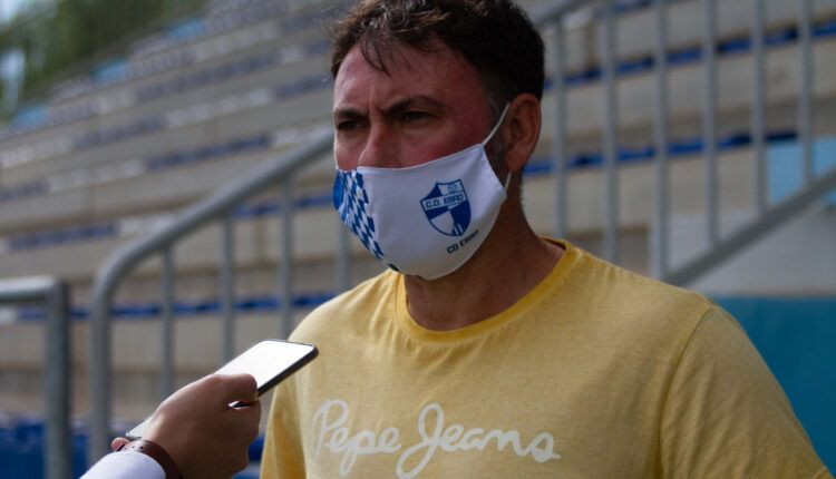 Manolo Sanlúcar,técnico del Ebro entrevistado al finalizar un entrenamiento