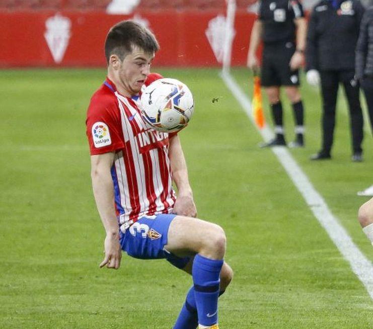 Guille Rosas intenta controlar un balón