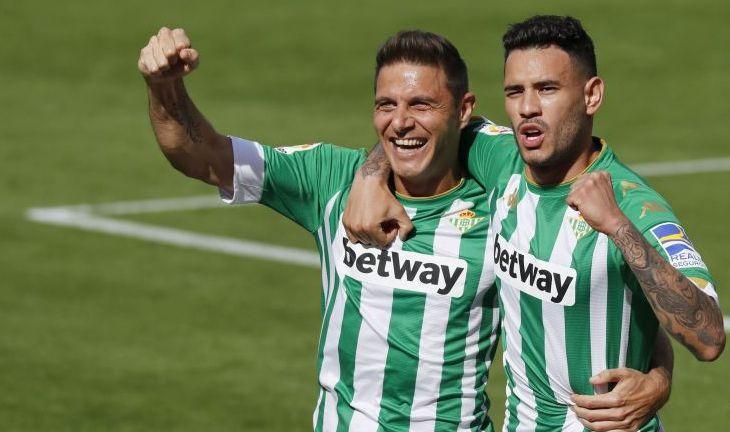 Joaquín y Tello celebran uno de los goles del catalán