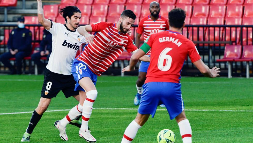 Gonalons y Soler disputan un balón en la primera parte F: Mundo Deportivo
