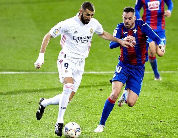Karim Benzemá conduciendo el balón en un partido frente al Eibar