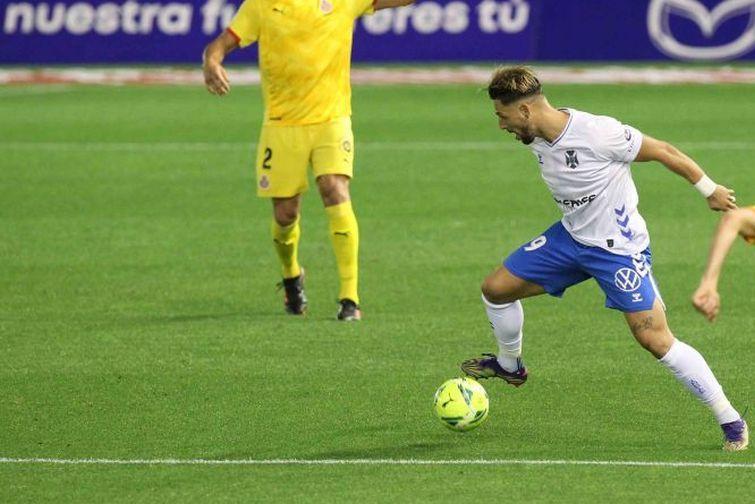 Fran Sol conduce el balón en un partido del Tenerife
