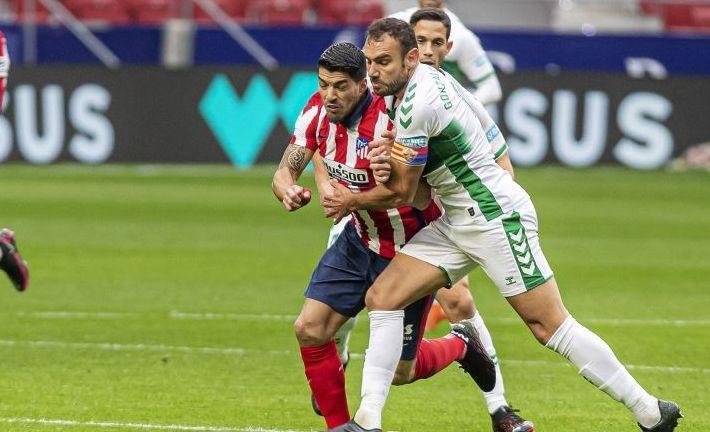 Gonzalo Verdú pugnando con Luis Suárez