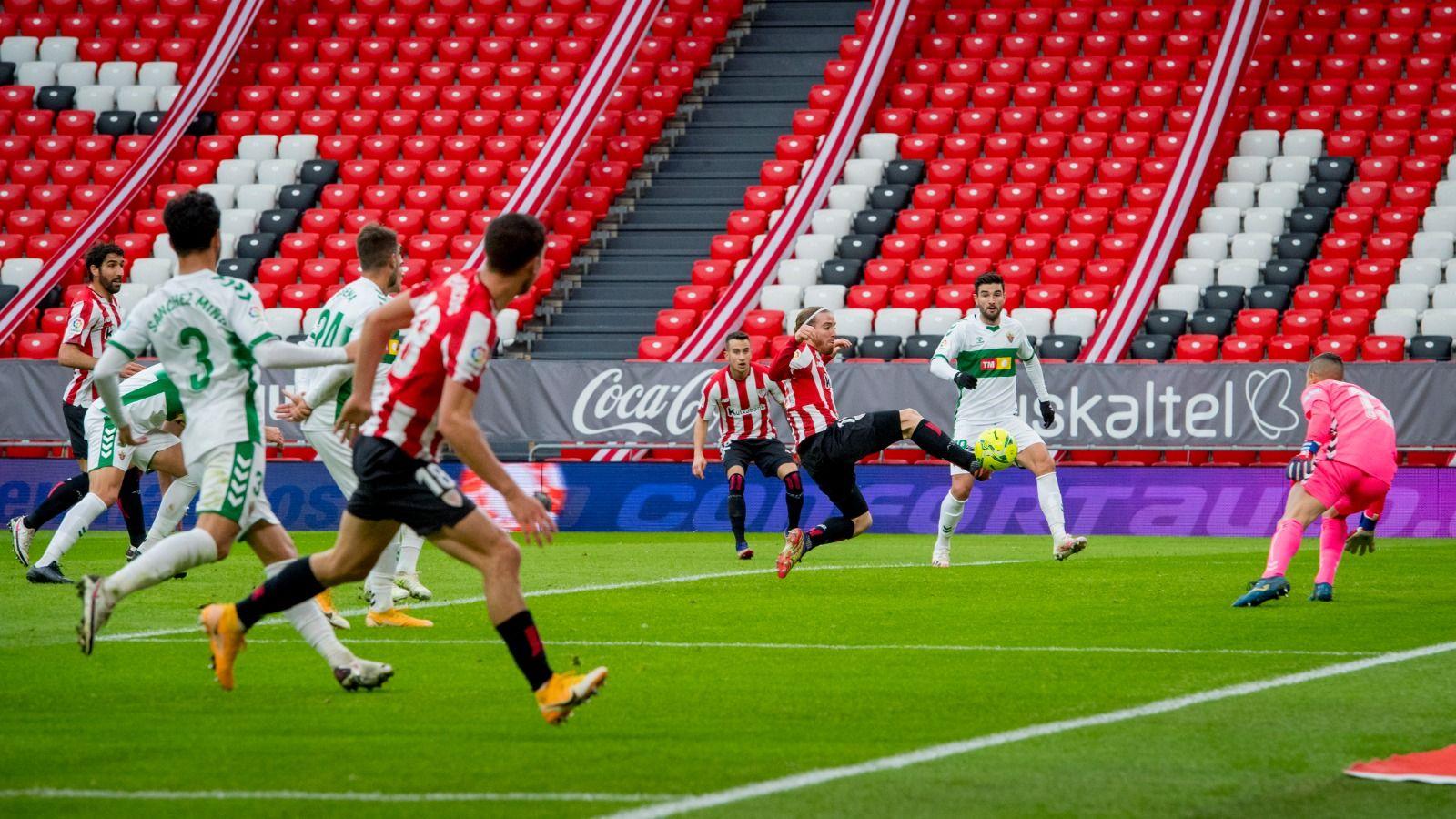 Muniain remata a gol el centro de Óscar de Marcos