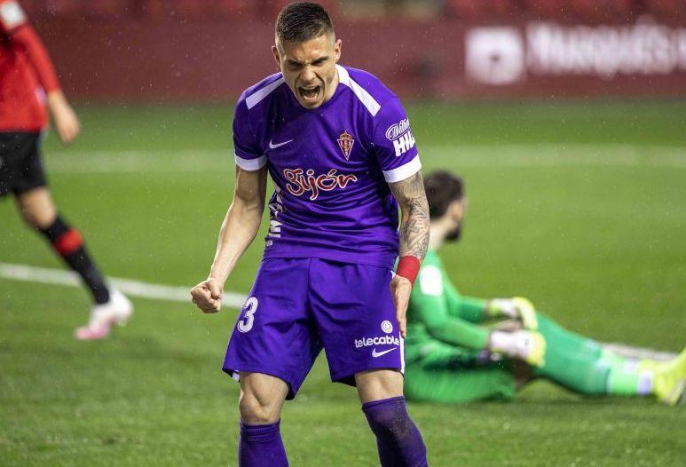 Djuka celebra el segundo de sus goles en Las Gaunas