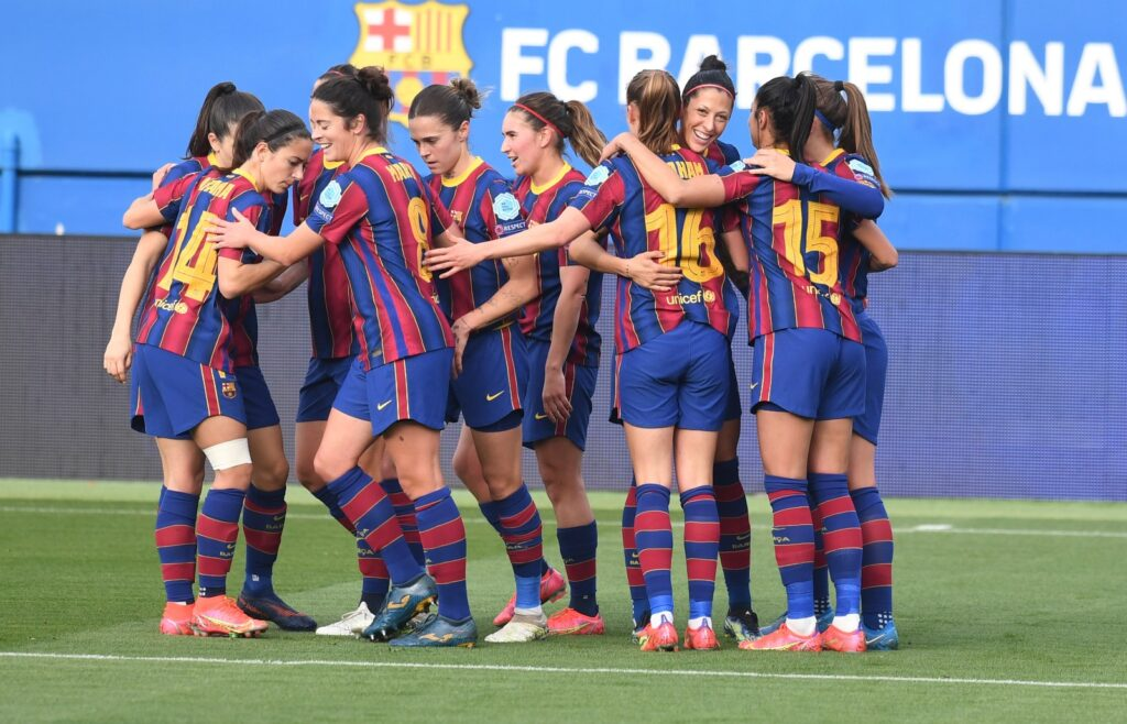 Jenni y Graham, las creadoras de 3 goles, abrazadas celebrando el gol con el resto de jugadoras del Barça. Foto vía: Twitter @FCBfemeni