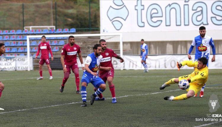 Lance del juego entre Ejea y Alaves 'B' de la última jornada disputada en el Municipal de Ejea