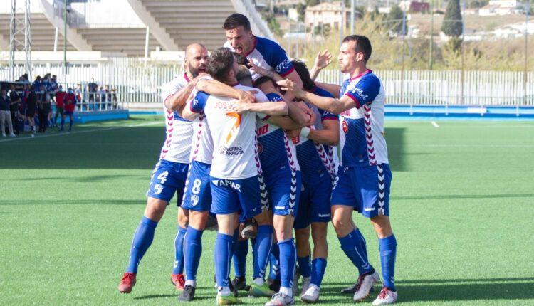 Los jugadores del Ebro celebran un gol de la última jornada ante el Izarra
