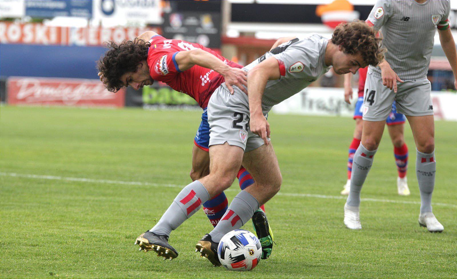 Artola pugna un balón con Víctor Andrés en un Calahorra - Bilbao Athletic