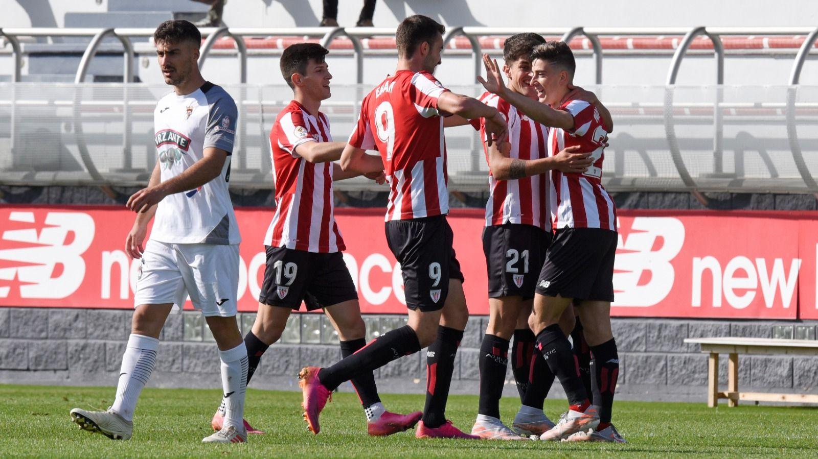 Jugadores del Bilbao Athletic celebran un gol
