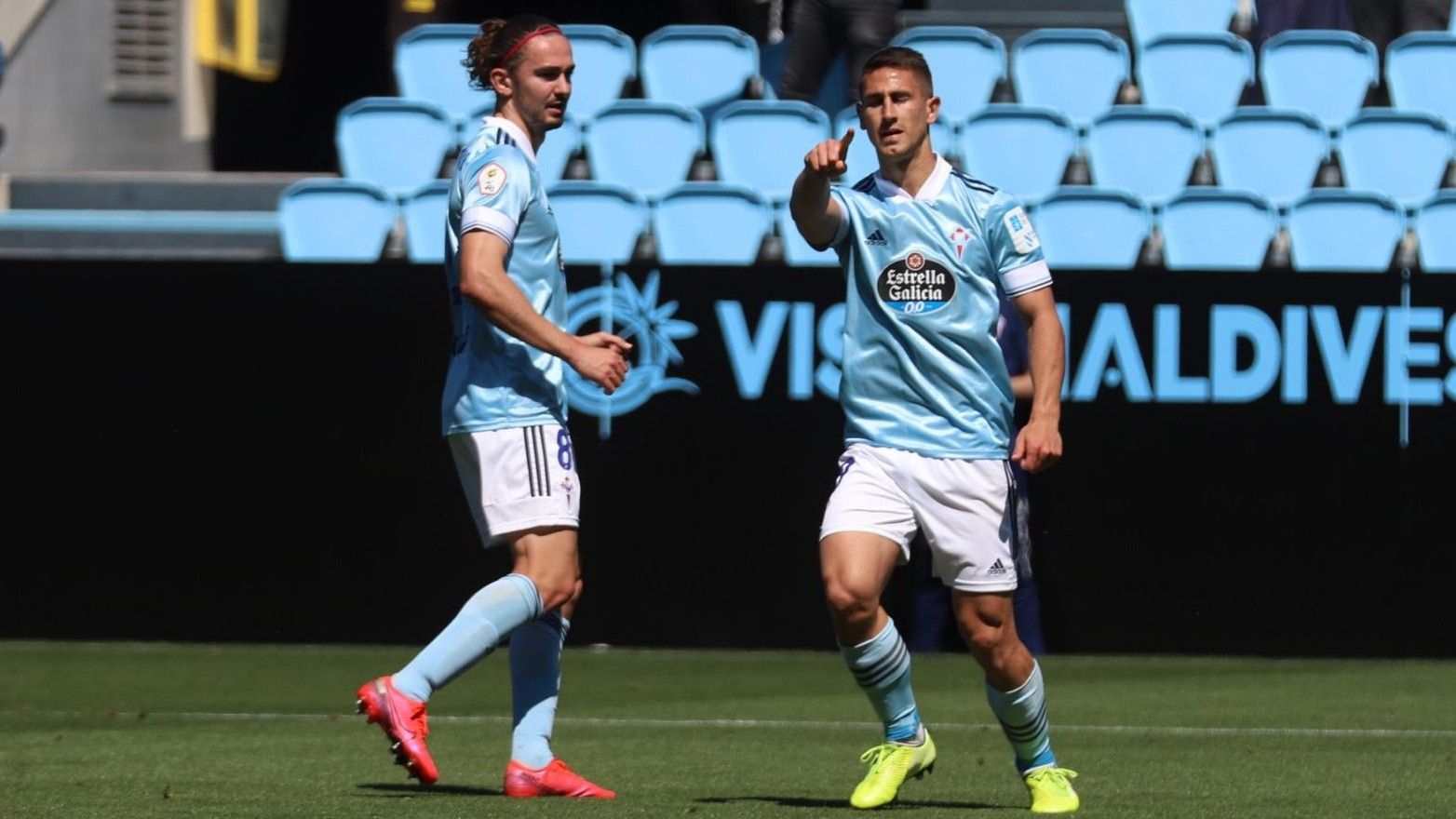 Manu Justo celebra un gol con el filial celtiña