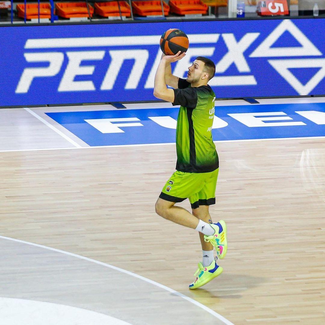 Jovan Novak tirando un triple a una pierna. Instagram oficial Urbas Fuenlabrada