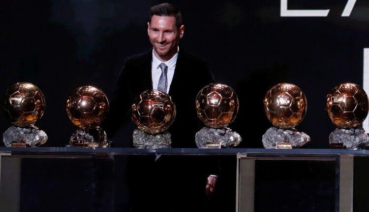 Messi posando con los 6 balones de oro que ha ganado durante su carrera