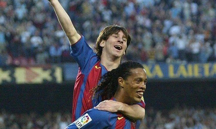 Messi y Ronaldinho celebrando el primer gol del argentino con la camiseta del FC Barcelona hace 15 años