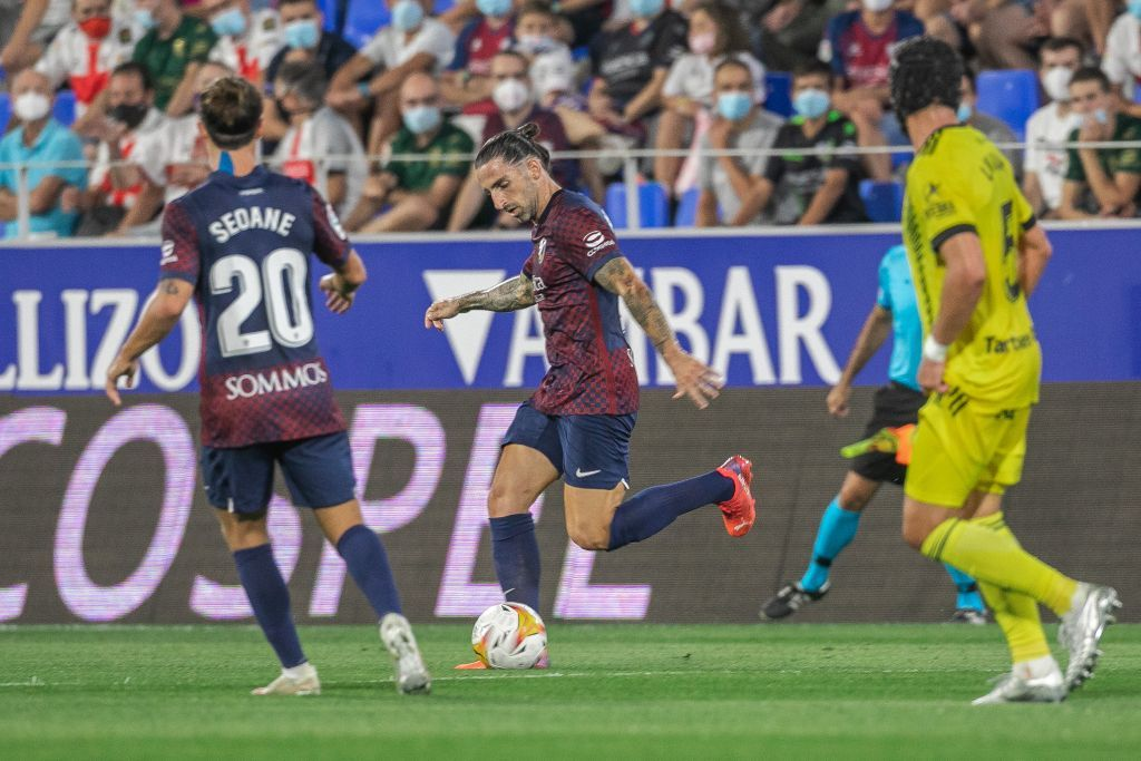Marc Mateu conduce un balón en un Huesca-Oviedo